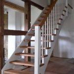 gerade Treppe mit Podest, weiß farbig mit Eiche