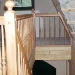 Holztreppe mit gedrechselten Geländerteilen