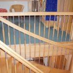 Holztreppen mit Geländerteilen aus hochwertigem Edelstahl.